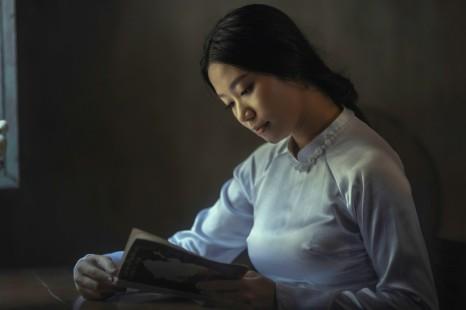 hieu-le-unsplash-woman-reading-1024x683
