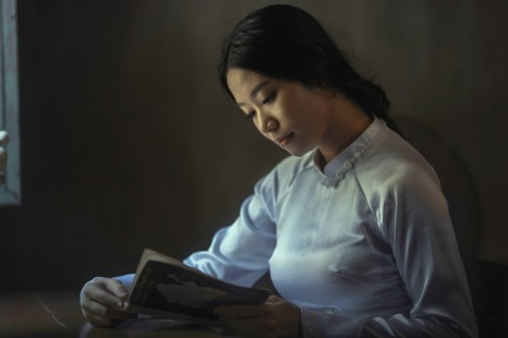 hieu-le-unsplash-woman-reading-1024x683